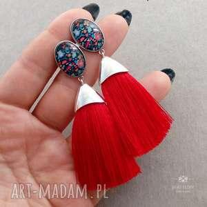Kolczyki z wzorzystym oczkiem i czerwonym chwostem, sztyfty, stal, szkło, metal