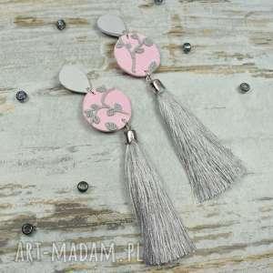 eleganckie, długie kolczyki z chwostami w pastelowych odcieniach różu i szarości