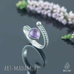 regulowany pierścionek z ametystem i kuleczkami, srebrny