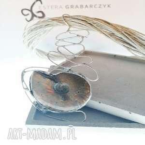 wisior z amonitem ślimak, amonit, biżuteria autorska, unikatowa