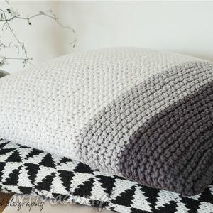 Klasyczna poduszka, dziergana, bawełna, guziki, paski, grafit