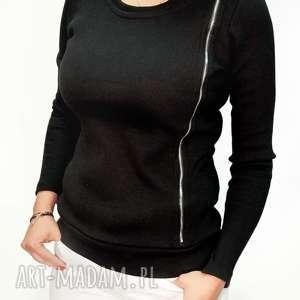 czarna bluzka damska z asymetrzycznym zamkiem, elastyczna, w prążki