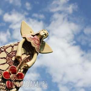 handmade ceramika ceramiczny anioł w koronkowej sukni z kwiatem