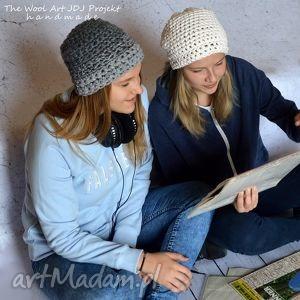 gruba czapka w kolorze ecru na głowę, bawełna, dziergana, zimowa