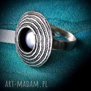 srebrny pierścionek regulowany z naturalną perłą, oksydowany teksturowanego