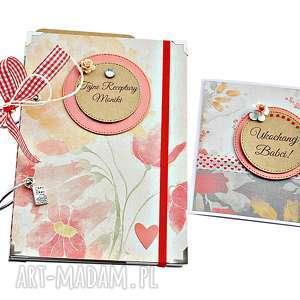 kwiecisty zestaw prezentowy dla babci - książka kucharska i kartka, przepiśnik