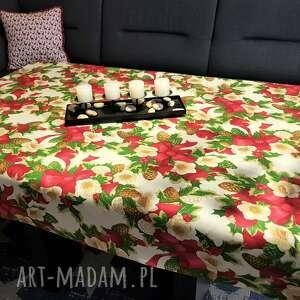 pomysł na prezent świąteczny obrus stolik w czerwone kokardy i kwiaty