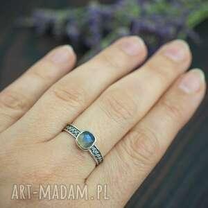 srebrny pierścionek z fasetowanym labradorytem i zdobioną obrączką
