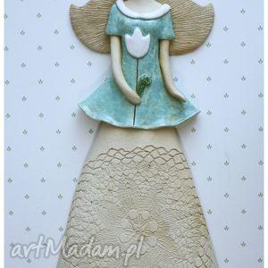 anioł wiszący z białym tulipanem, anioł, ceramika