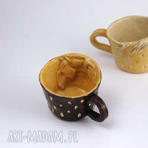 ceramika ceramiczna filiżanka kubek z figurką konia miodowo-brązowa