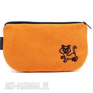 kosmetyczka piórnik z pomarańczowego eko zamszu wyszytym kotkiem,