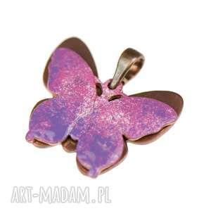 Prezent Miedziany wisiorek z różowym motylem c243, zawieszka-z-motyle
