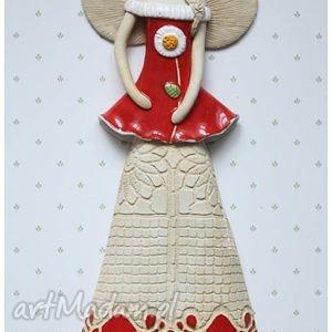 Anioł wiszący czerwony ze stokrotką, anioł, ceramika