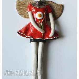 Anioł wiszący ze stokrotką karminowy ceramika wylegarnia