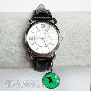Srebrny zegarek z zawieszką kotkiem, zegarek, damski, moda, fashionista, kot, pupil