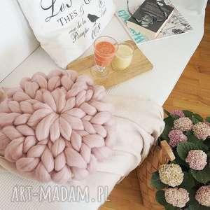 poduszka czesankowa różowa, poduszka, pudrowy, czesanka, rozetka, wełniana