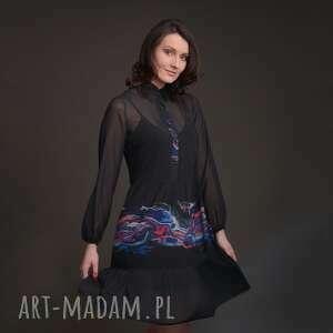 sukienka szyfonowa czarna z kołnierzykiem i falbanami kolorowym motywem