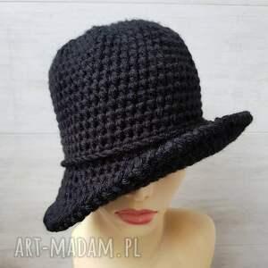 czapki czarny kapelusz w stylu art deco, robiony szydełkiem