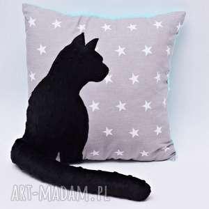 poduszka kot z wystającym ogonem czarny na szarych gwiazdach, poduszka