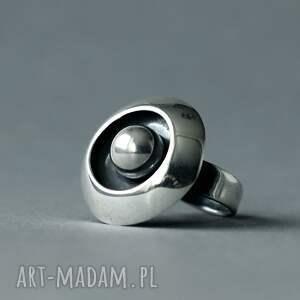 regulowany pierścionek ze srebrną kulką