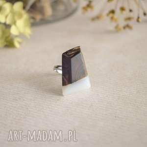 geometryczny pierścionek z drewna i żywicy