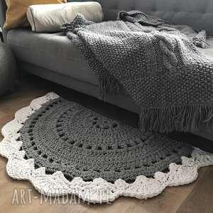 Pół okrągły dywanik dziergany z grubego sznurka knitting factory