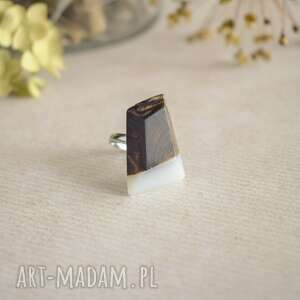 Geometryczny pierścionek z drewna i żywicy drevniana regulowany
