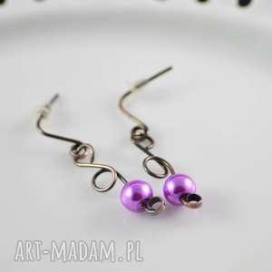 elegant purple - kolczyki minimalistyczne ze szklanymi perłami, sztyfty