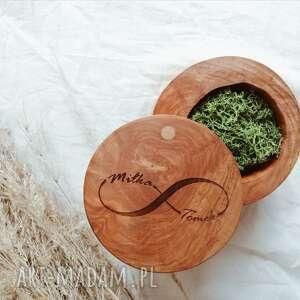 okrągłe pudełko na obrączki drewniane z grawerem, ślubne, rustyklane, boho