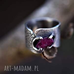 srebrny pierścień z rubinem, pierścionek minerały, szeroka obraczka