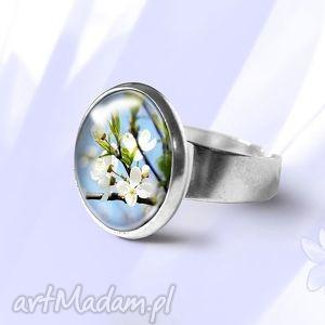 pierścionek - błękitne niebo kwitnące kwiaty