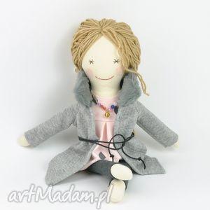 Prezent Lisa w szarym płaszczyku, lalka, szmaciane, nowoczesne, prezent