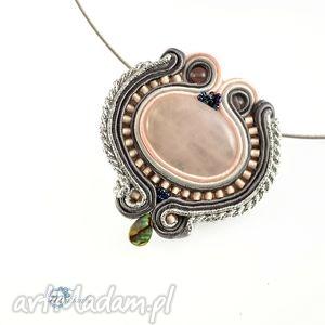 Szaro-różowy wisior sutasz z kwarcem - ,wisior,sutasz,soutache,pendant,glamour,kwarc,