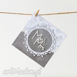ręcznie wykonane scrapbooking kartki kartka ślubna w odcieniach szarości z napisem mr&mrs i kieszonką na życzenia.
