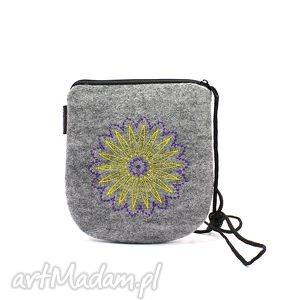 filcowa torebka z dwukolorowym haftem, torebka, haft, wyszywana, filc, koło torebki