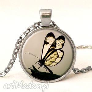 motyl w sepii - medalion z łańcuszkiem - delikatny prezent, motylem