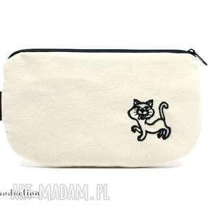 kosmetyczka piórnik z eko zamszu w kolorze ecru wyszytym kotkiem, kotek