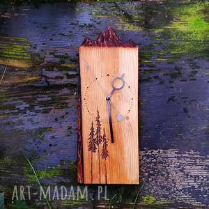 Drewniany zegar ścienny, rzeźbiony motyw gór, góry, las, sosna, folk, skandynawski
