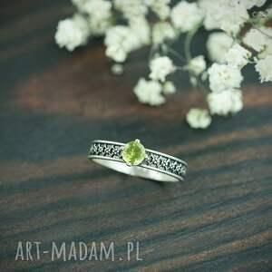 srebrny pierścionek z oliwinem i zdobioną obrączką, zielonym oczkiem