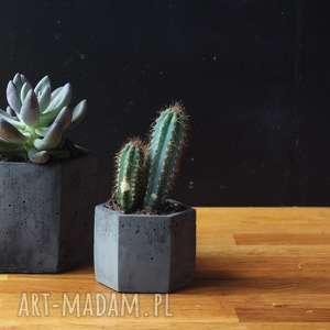 ceramika geometryczna czarna mała betonowa doniczka na kaktusy