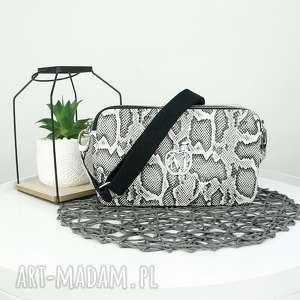 ręczne wykonanie torebki listonoszka dwa zamki imitacja skóry węża