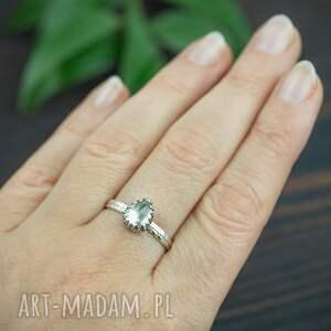 srebrny pierścionek z kwarcem lemon i zdobioną obrączką