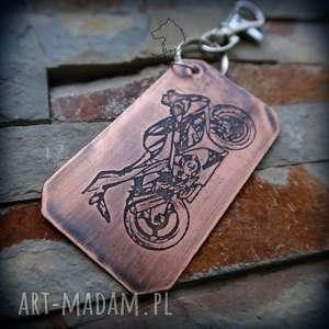 Brelok z motocyklem Gixxer, trawionego metalu - ręcznie zaprojektowany i wykonany