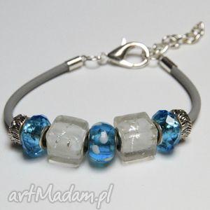 niebiesko-biała bransoletka z linki kauczukowej koralikami ze szkła murano