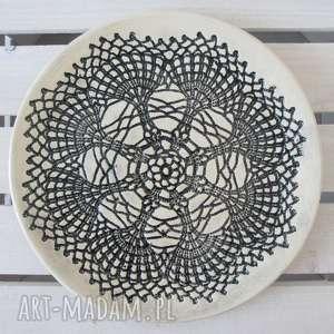 beżowa patera z czarną koronką, ceramiczna, dekoracyjny, talerz, ceramiczny