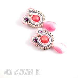 małe szare kolczyki sutasz, codzienne różowe wykonane w technice haftu