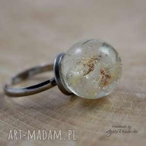 pierścionek kula z żywicy w prawdziwymi kwiatami, zatrwian, stal chirurgiczna