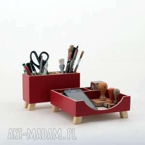 przybornik na biurko - czerwony drewniany organizer