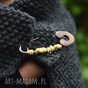 broszka agrafka z limonkowymi perłami - perły naturalne, drewno brązowe