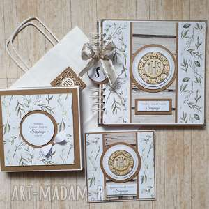 Zestaw album i kartka w pudełku - wyjątkowy prezent liściach